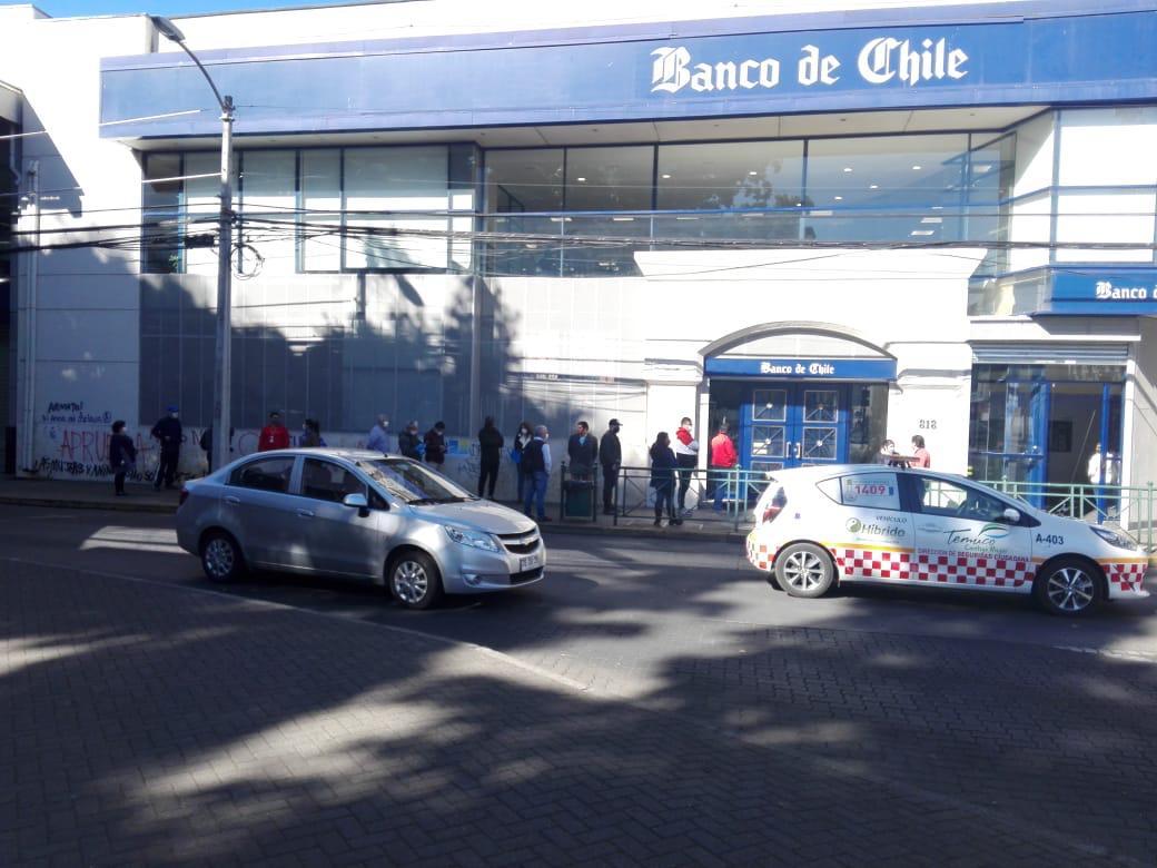 Tránsito peatonal y vehícular en Temuco.