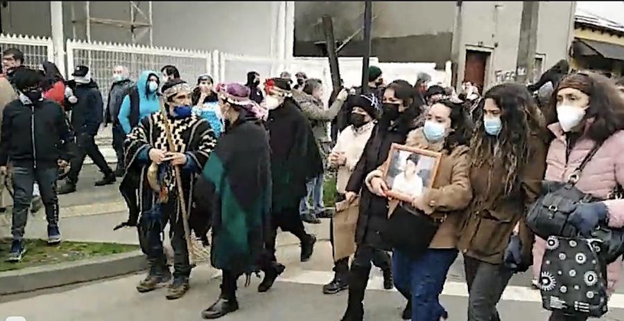 """Líderes de la CAM retiran el cuerpo de """"weichafe"""" abatido en enfrentamiento con Carabineros en Carahue"""