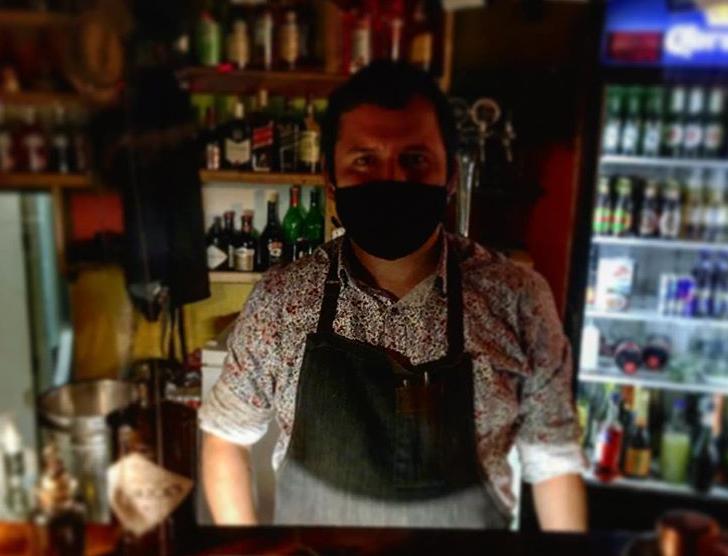 Bartender Andrés Machuca.